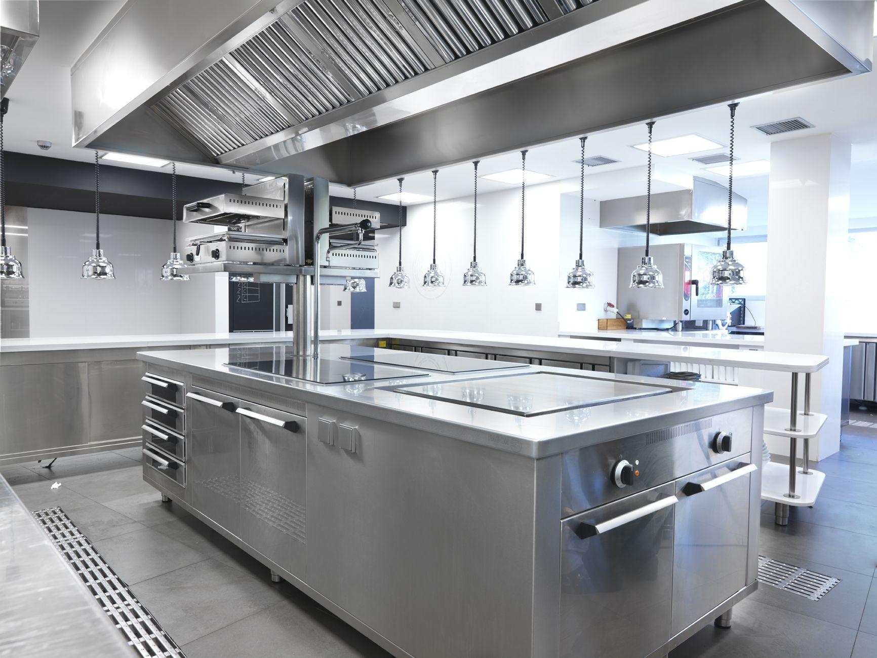 Inox Fry servicios de hostelería. Fabricación a medida de mostradores, cocinas industriales, campanas extractoras, mesas de trabajo, decoración en inox...